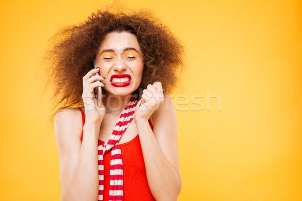 Geschokt heldere model praten telefoon Stockfoto © deandrobot