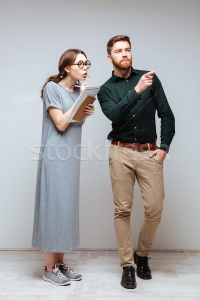 Femminile nerd barbuto uomo guardare verticale Foto d'archivio © deandrobot