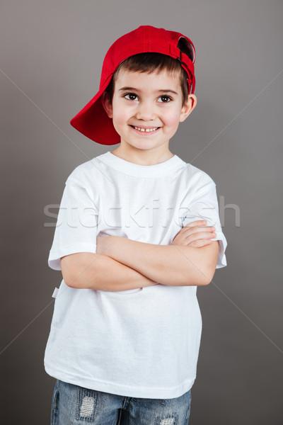 Gülen küçük erkek kırmızı kapak ayakta Stok fotoğraf © deandrobot