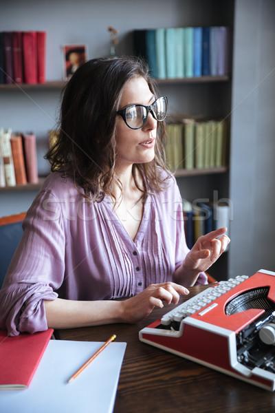 Vrouw journalist bril typen schrijfmachine binnenshuis Stockfoto © deandrobot