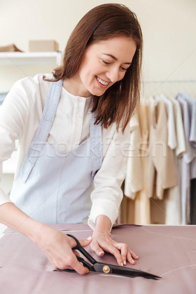 Donna forbici taglio tessuto workshop Foto d'archivio © deandrobot