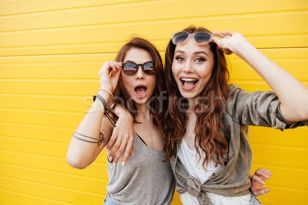 Foto stock: Jóvenes · feliz · mujeres · amigos · pie · amarillo