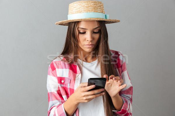 Foto ernstig jonge vrouw strohoed naar Stockfoto © deandrobot