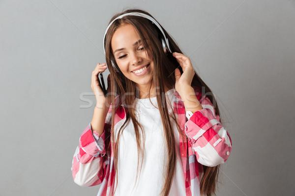 Stockfoto: Portret · glimlachende · vrouw · hoofdtelefoon · luisteren · naar · muziek