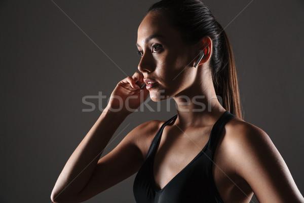 Retrato mujer de la aptitud escuchar música aislado Foto stock © deandrobot