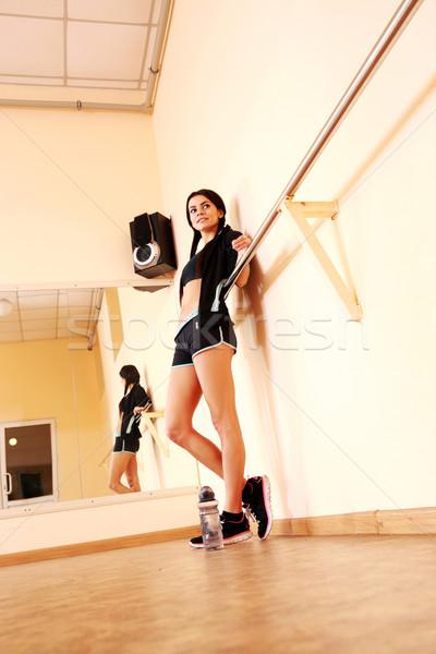 Portret jonge geschikt vrouw permanente gymnasium Stockfoto © deandrobot