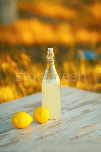 Limonade tabel drinken fles permanente buitenshuis Stockfoto © deandrobot