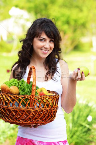 Kobieta owoce warzyw ogród zdrowych odżywianie Zdjęcia stock © deandrobot