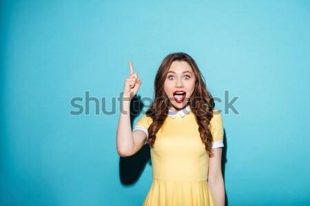 Gelukkig vrouw naar wijzend omhoog beide Stockfoto © deandrobot
