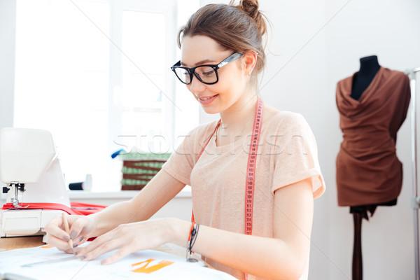 красивая женщина улыбаясь рисунок швейных семинар довольно Сток-фото © deandrobot
