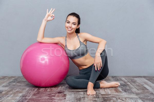 Młodych piękna fitness dziewczyna różowy piłka Zdjęcia stock © deandrobot