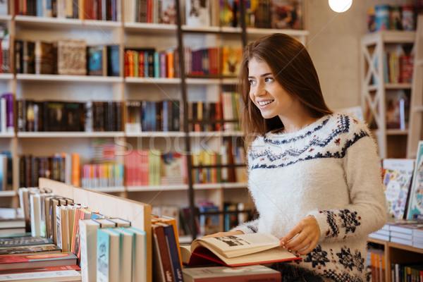 Nő néz könyv portré csinos fiatal nő Stock fotó © deandrobot