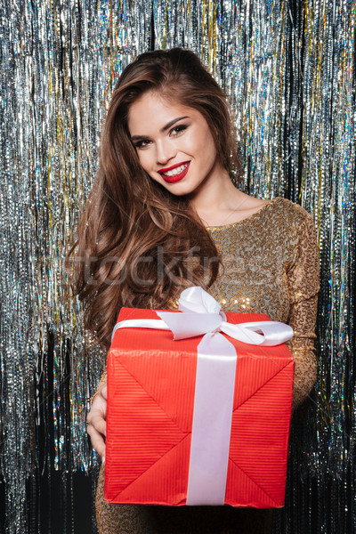 Sorridente atraente mulher jovem vestido de noite apresentar Foto stock © deandrobot