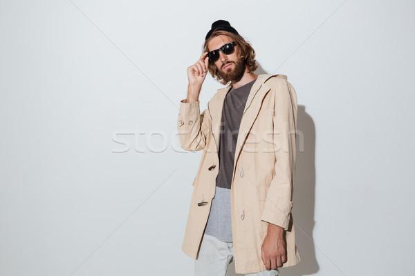 Foto stock: Barbudo · homem · óculos · de · sol · em · pé