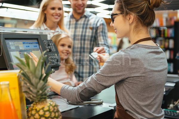 笑みを浮かべて 家族 クレジットカード 立って ストックフォト © deandrobot