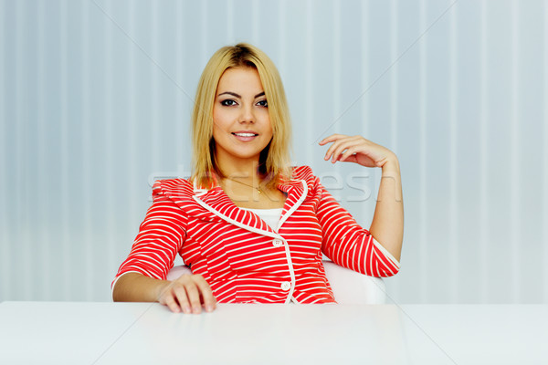 Portrait jeune femme rouge veste séance table Photo stock © deandrobot