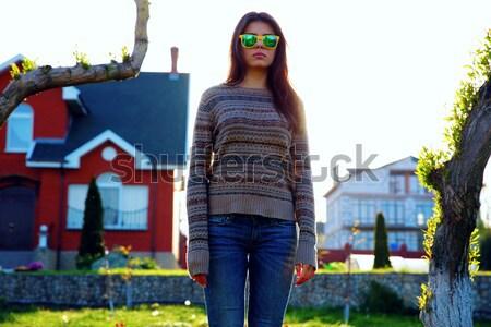 Portret młoda kobieta stałego ogród kobieta domu Zdjęcia stock © deandrobot