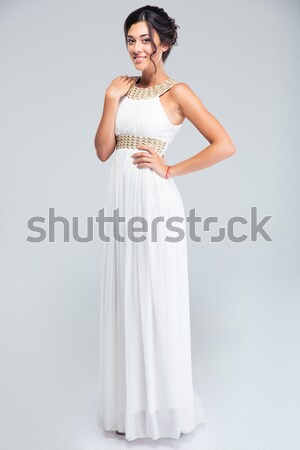 Drăguţ femeie în picioare rochie de culoare alba portret Imagine de stoc © deandrobot