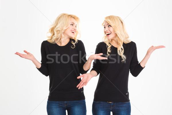 śmiechem siostry bliźnięta patrząc inny plecy Zdjęcia stock © deandrobot