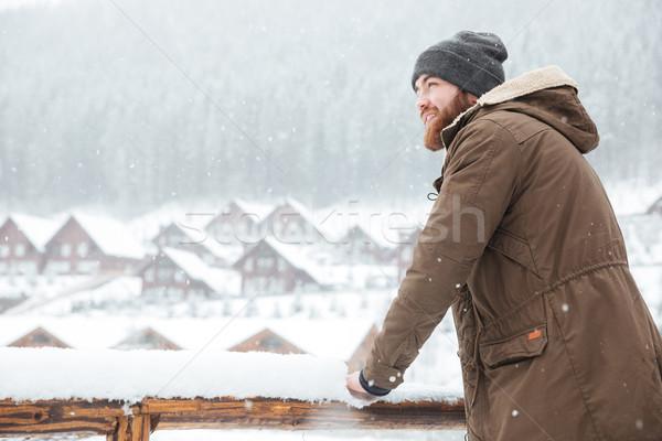 Felice uomo piedi esterna inverno montagna Foto d'archivio © deandrobot