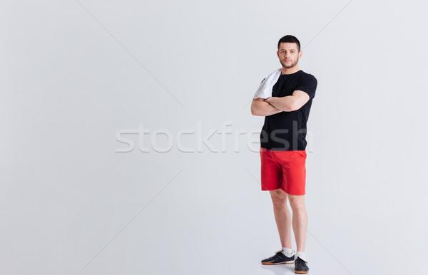 Fitness man permanente armen gevouwen Stockfoto © deandrobot