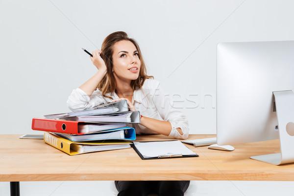 Portret peinzend zakenvrouw denken iets Stockfoto © deandrobot