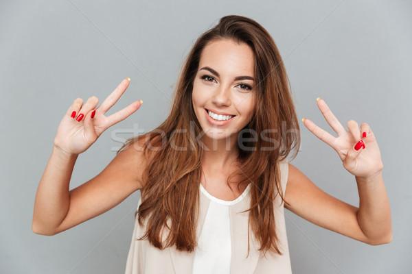 Mutlu güzel genç kadın barış imzalamak Stok fotoğraf © deandrobot