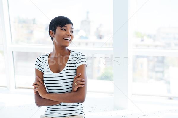 Retrato alegre África mujer de negocios pie armas Foto stock © deandrobot