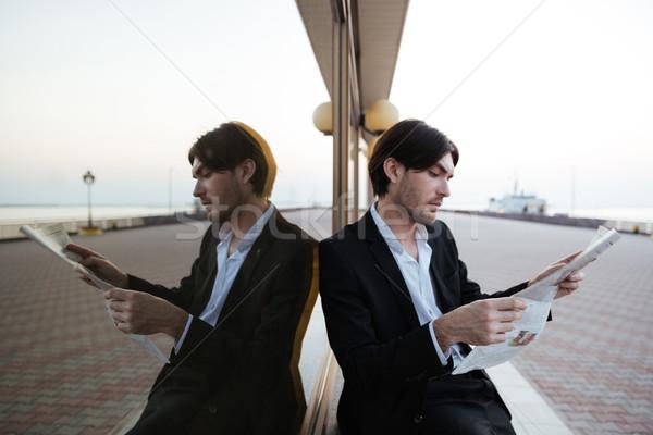 üzletember öltöny újság tükör kikötő fény Stock fotó © deandrobot