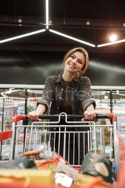 Gelukkig vrouw supermarkt kiezen producten afbeelding Stockfoto © deandrobot
