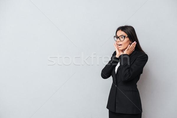 Retrato sorprendido morena mujer de negocios gafas pie Foto stock © deandrobot