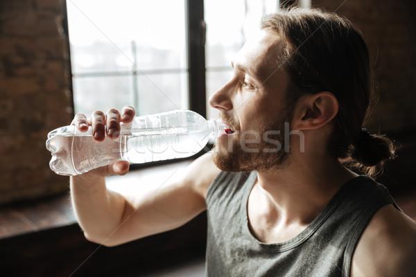 Zdrowych młodych fitness człowiek woda pitna Zdjęcia stock © deandrobot