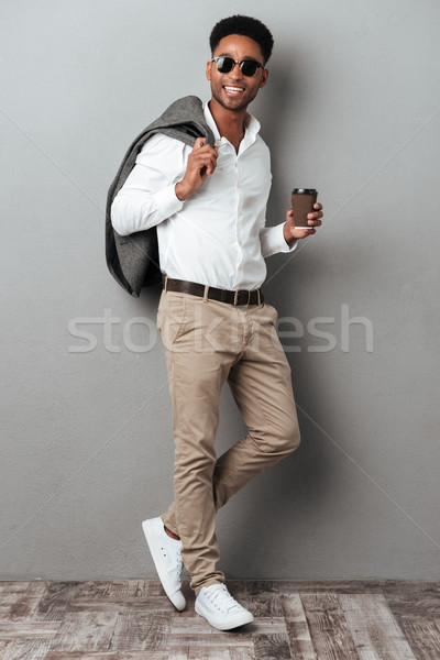 Tam uzunlukta portre gülen Afrika adam güneş gözlüğü Stok fotoğraf © deandrobot