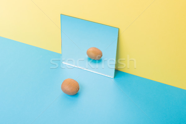 Kiwi Blauw tabel geïsoleerd Geel spiegel Stockfoto © deandrobot
