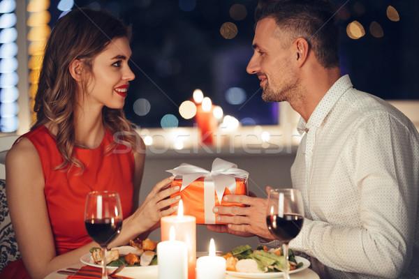 Giovani bell'uomo presenti fidanzata romantica cena Foto d'archivio © deandrobot