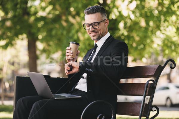Portret uśmiechnięty biznesmen formalny ubrania posiedzenia Zdjęcia stock © deandrobot