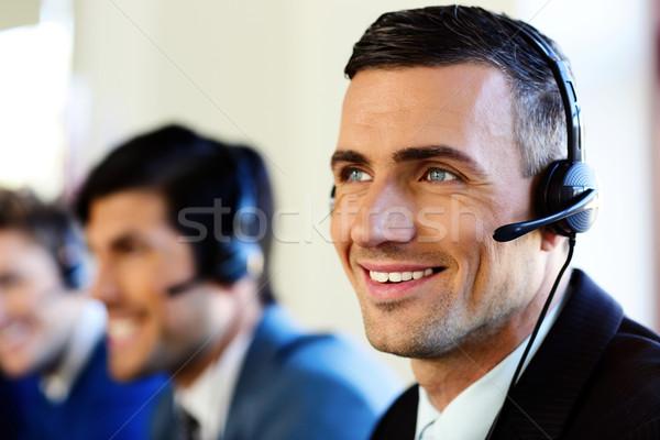Vonzó pozitív fiatal üzletemberek kollégák ügyfélszolgálat Stock fotó © deandrobot
