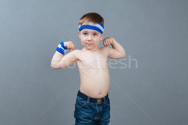 Portret shirtless weinig jongen permanente tonen Stockfoto © deandrobot