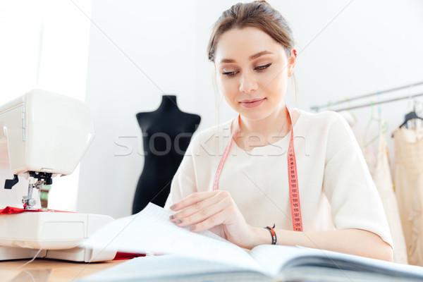 Fókuszált nő olvas jegyzetek dolgozik fiatal nő Stock fotó © deandrobot