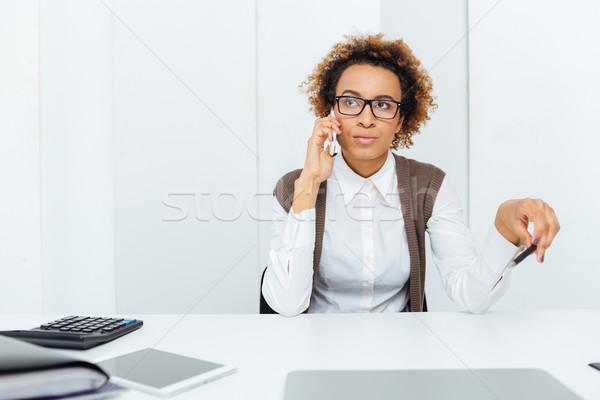 Mooie afrikaanse vrouw boekhouder vergadering praten Stockfoto © deandrobot