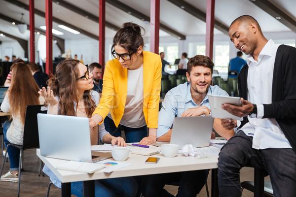Gruppe lächelnd Geschäftsleute Büro jungen Stock foto © deandrobot
