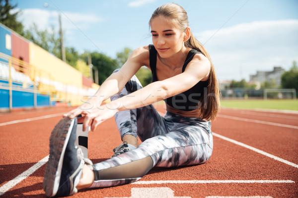 Vrouw atleet vergadering benen stadion Stockfoto © deandrobot