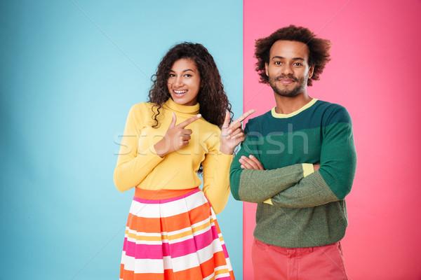 Feliz africano americano mulher jovem indicação namorado em pé Foto stock © deandrobot