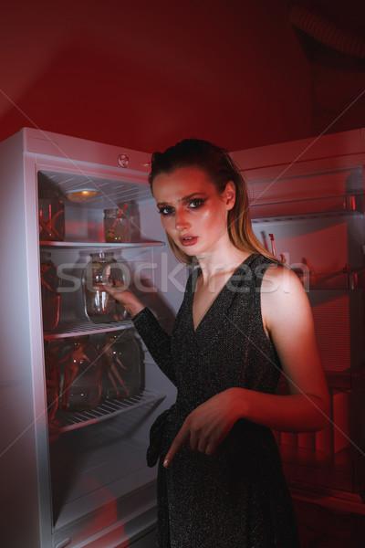 Zijaanzicht vrouw permanente koelkast jurk Stockfoto © deandrobot