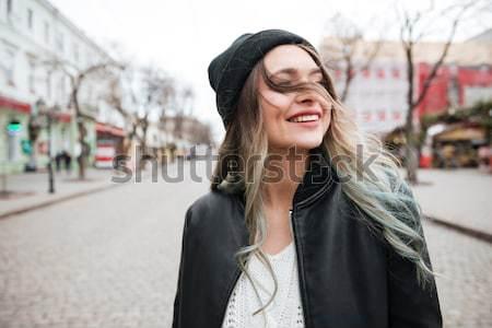 Stockfoto: Gelukkig · jonge · vrouw · hoed · lopen · straat