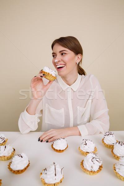Szczęśliwy zabawny młoda kobieta uśmiechnięty jedzenie ciasta Zdjęcia stock © deandrobot