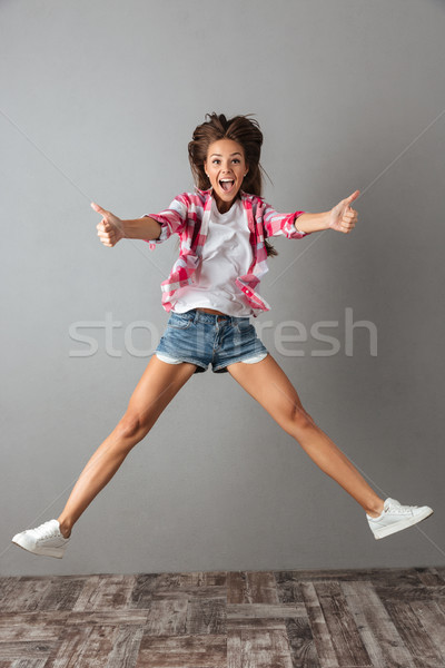 Portret springen meisje toevallig dragen Stockfoto © deandrobot