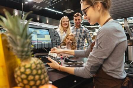 Gelukkig gezin betalen creditcard permanente cash Stockfoto © deandrobot