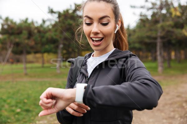 Portré boldog fitnessz lány fülhallgató néz Stock fotó © deandrobot