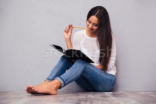Donna seduta piano notepad matita ritratto Foto d'archivio © deandrobot